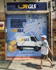 Persiana de comercio decorada con graffiti artístico