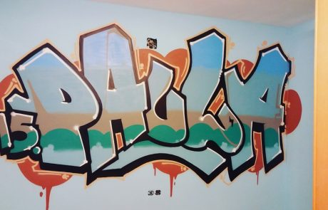 Letras de graffiti dibujadas en habitacion juvenil
