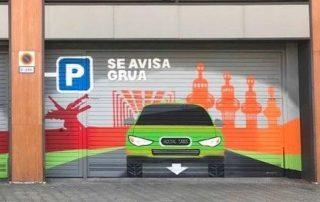 Puerta de Garaje o Parking pintada con un graffiti artístico