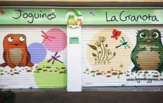 graffiti profesional en persiana de comercio La granota en Les roquetes