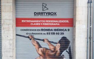 Graffiti profesional en la persiana de Dirtybox tienda de fitness vilanova i la geltru